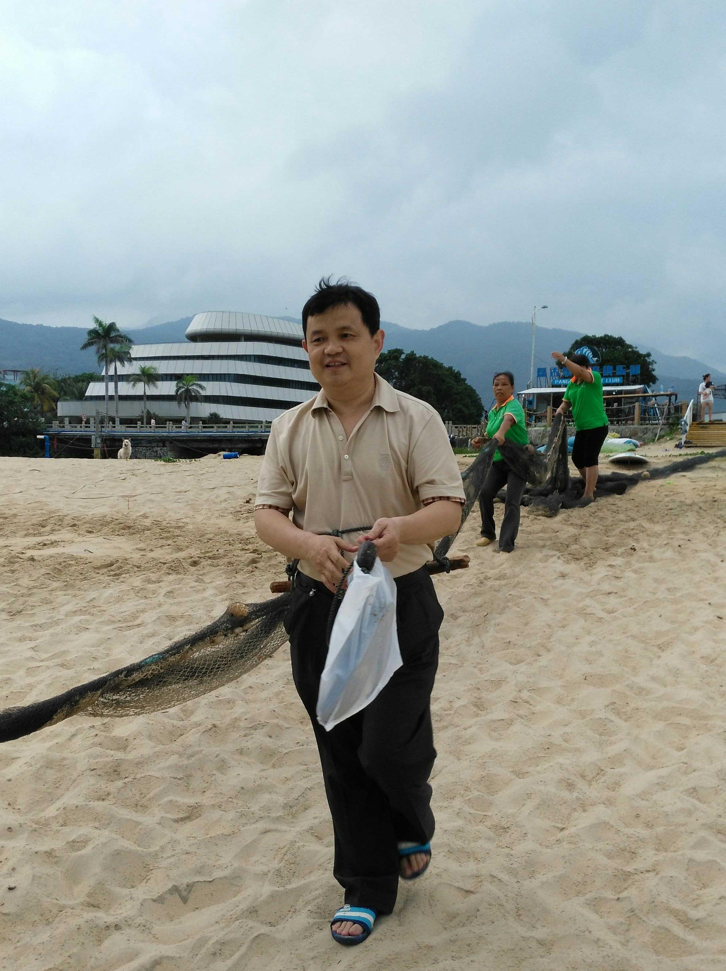 马启代在日月湾沙滩准备拉海.jpg
